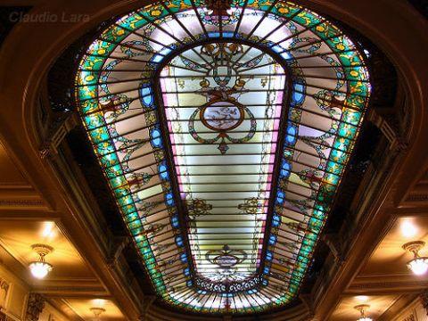 clarabóia em vitral que corta o salão