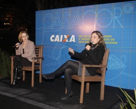 A imagem mostra as arquitetas Karla Cunha e Camila Simhon apresentando uma palestra sobre arquitetura sustentável em um evento promovido pela Casa Cor e Caixa.
