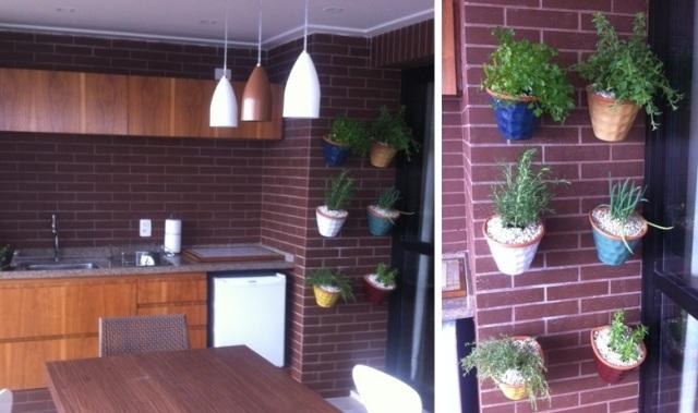 horta de temperos com vasos coloridos fixados em parede