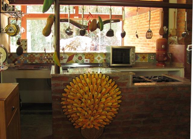 vista da cozinha com peças do típico artesanato mineiro