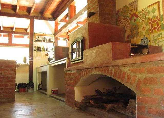 vista do forno e fogão à lenha
