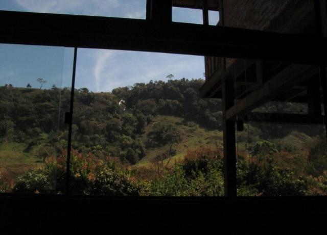 vista da sala de estar para a cachoeira do tombo, que dá nome à pousada