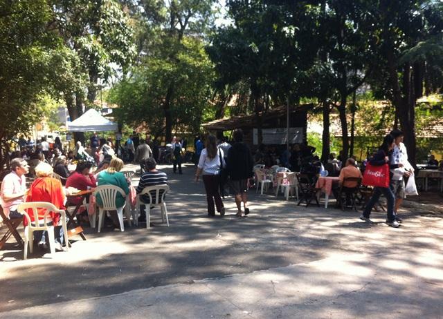 área externa da feira de orgânicos com mesas e cadeiras para o café da manhã