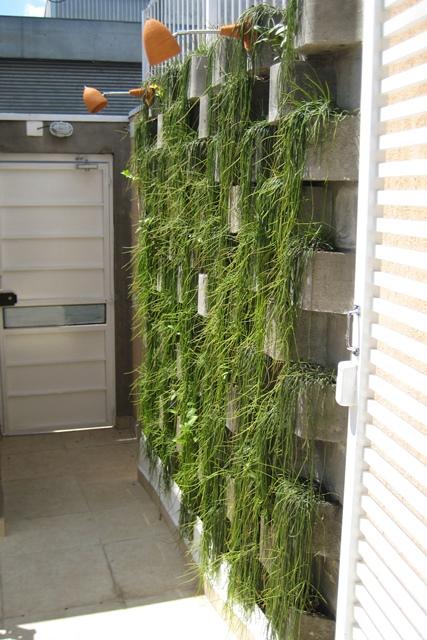 muro verde na entrada de edifício corporativo