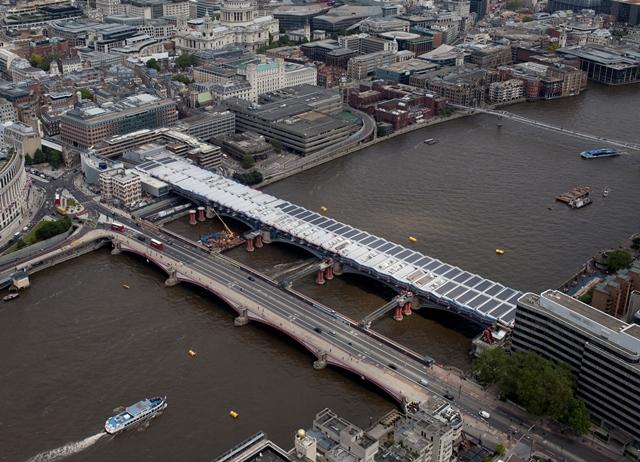 pontes lado a lado sobre o rio tâmisa | imagem: the guardian