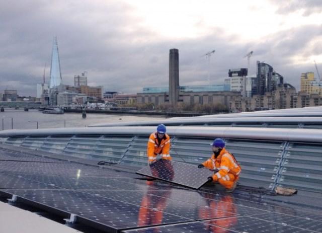 instalação de painéis fotovoltaicos | imagem: solarcentury